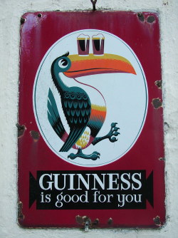 Guinness is good for You, tukan med två fyllda ölglas på näbben